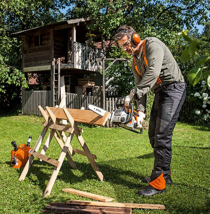 Auch bei der Arbeit im Garten sollte auf Schutzkleidung wert gelegt werden.