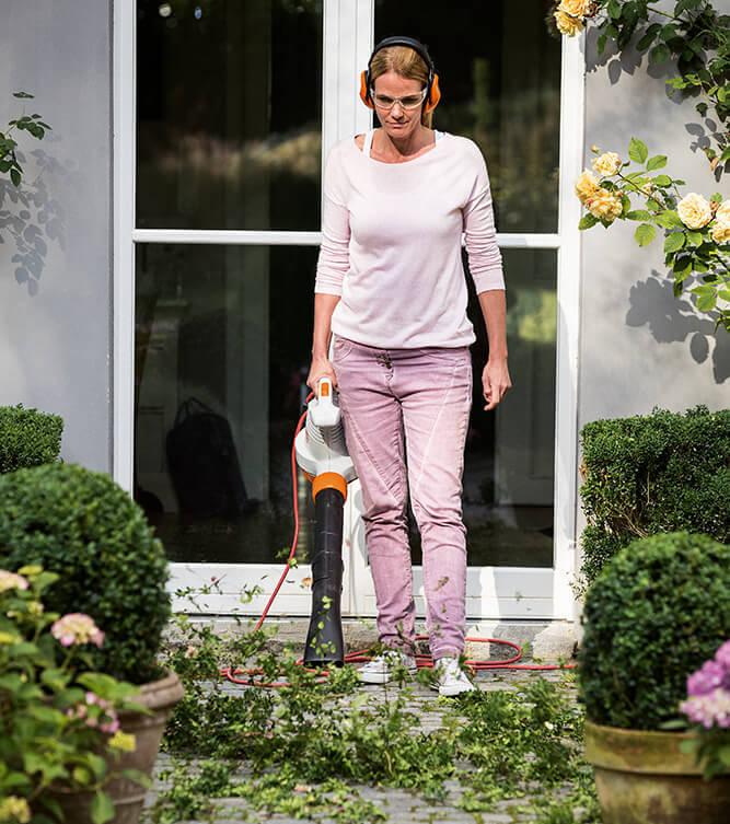 Elektro Laubbläser für die Terrasse und den Garten