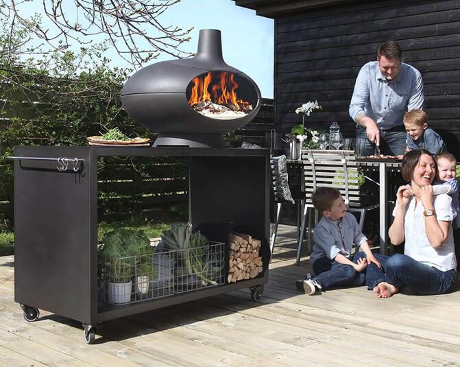 Outdoorküche mit Gartenkamin