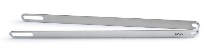Die Höfats Edelstahl Grillzange ist Rostheber, Flaschenöffner und Zange in einem.