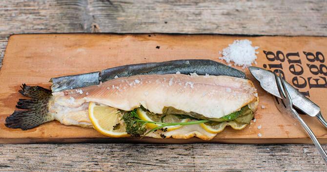 Grillplanken geben Fisch und Fleisch leckere Geschmacksnoten.