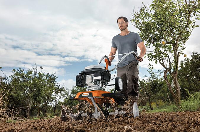 Mit einer Bodenfräse geht die Gartenarbeit leicht von der Hand.