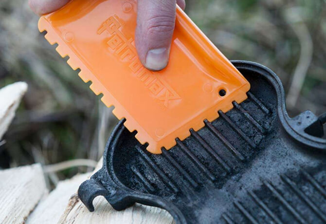 Mit dem Schaber von Petromax gehst Du leicht gegen Rückstände auf Deinen Gusseisen-Töpfen vor.