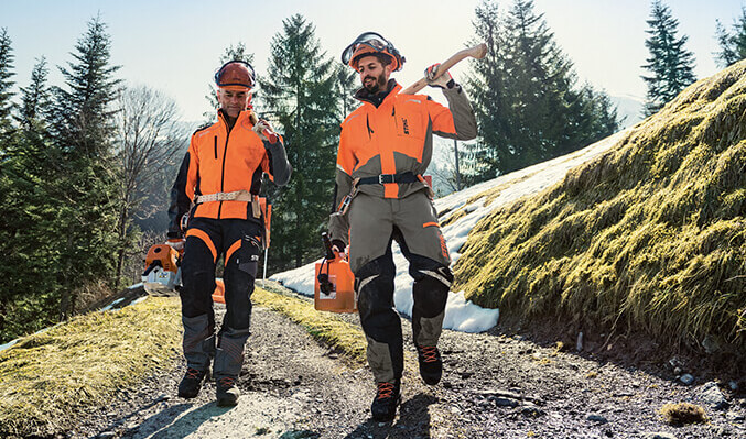 Vor allem bei der Forstarbeit ist eine entsprechende Schutzkleidung ein Muss.